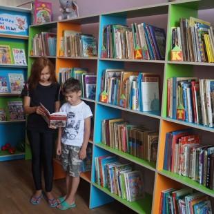 Яркие книжные стеллажи на радость читателям!